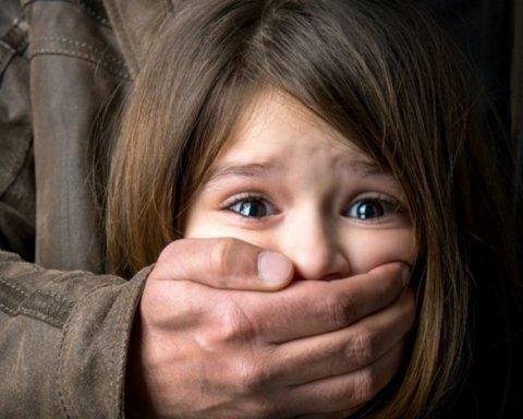 Ударил электрошокером и изнасиловал 10-летнего ребенка: в Киеве разыскивают педофила
