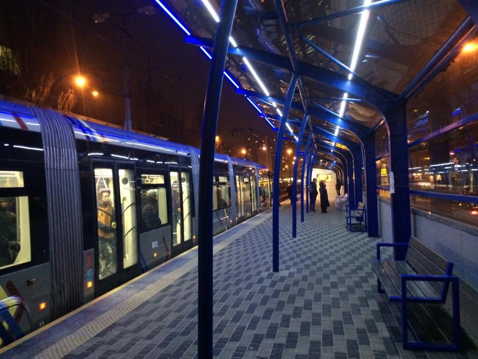В Киеве трамвай сошел с рельсов: детали и кадры с места