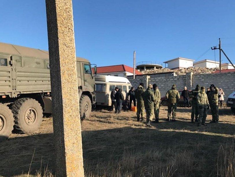 Путін спаси! УКриму місцеві жителі кидаються під військові КамАЗи