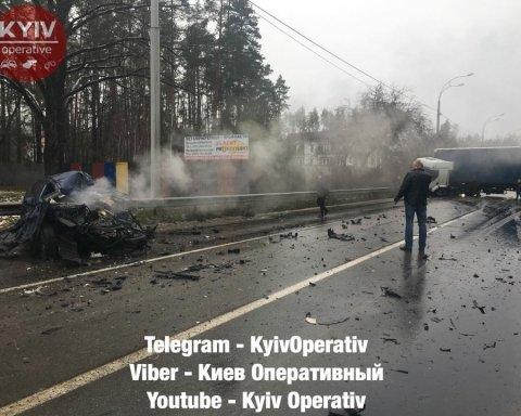 """Моторошна ДТП під Києвом: фура """"розчавила"""" легковик, водій загинув"""