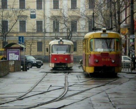 Трамвай зійшов з рейок в центрі Києва: з'явилися фото