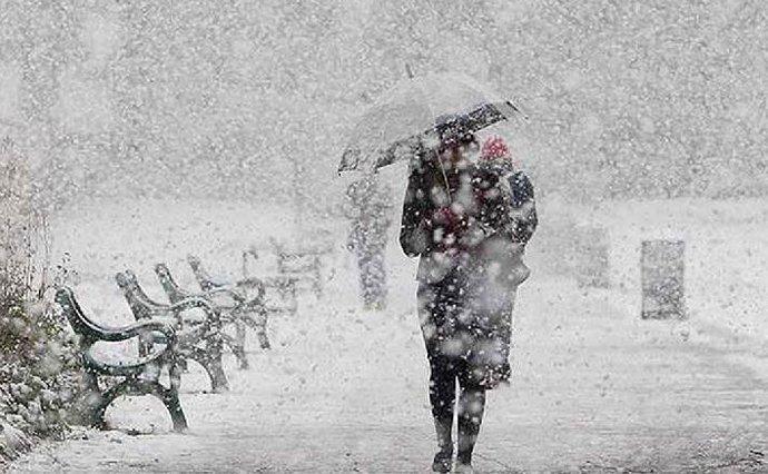 Засипле снігом і заллє дощами: синоптик дала свіжий прогноз погоди для України