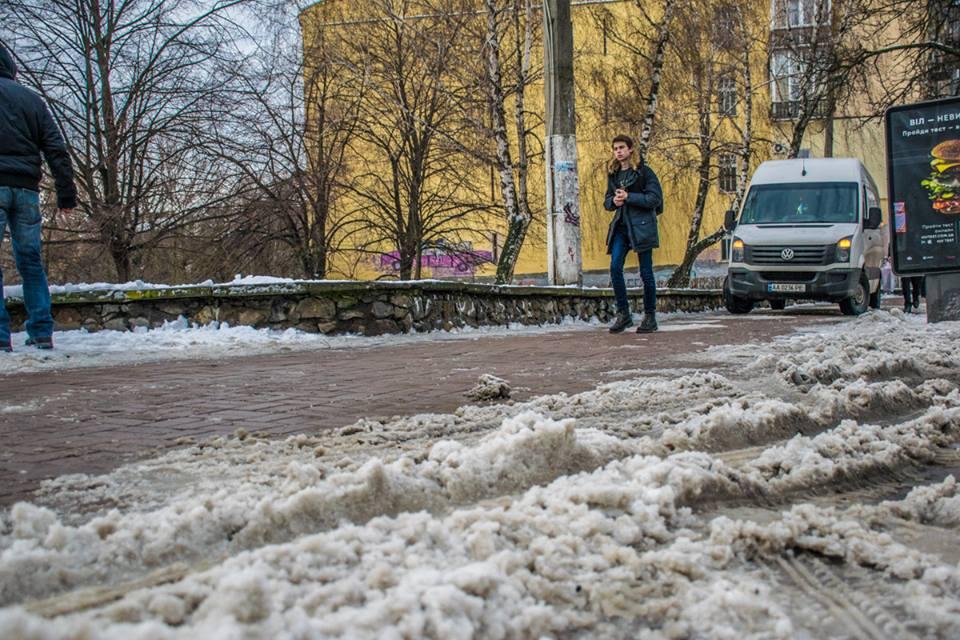 Моторошна ДТП уКиєві: авто біля школи «знесло» дитину