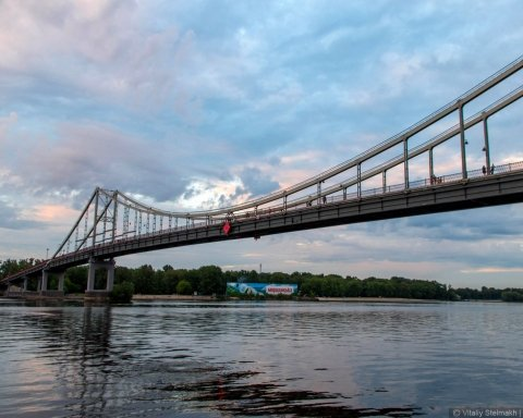 Баржа з п'яним екіпажем ледь не знесла пішохідний міст у Києві