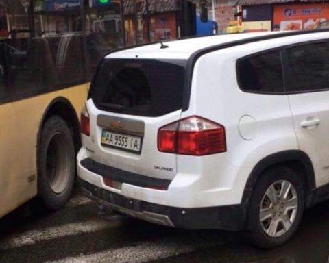 У Києві черговий автохам блокував рух тролейбусу
