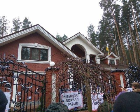 Акция активистов возле дома Луценко завершилась повестками из полиции