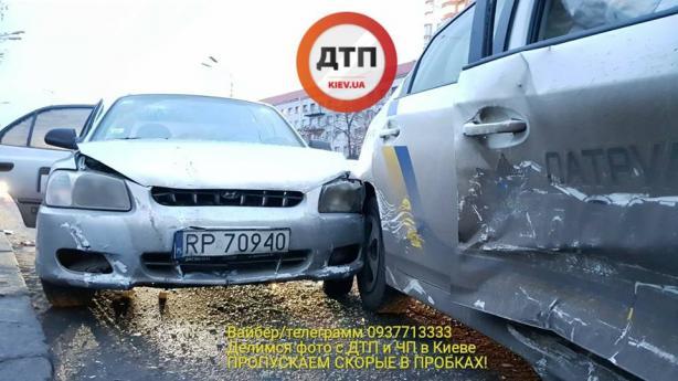 В Киеве таксист на полном ходу протаранил авто патрульных