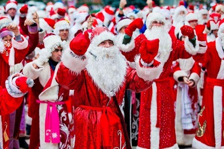 Невідомі у костюмах Діда Мороза розгромили наливайку