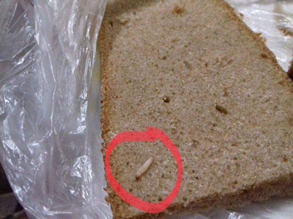 Кияни обурені: у відомому супермаркеті продавали хліб із хробаками (фото)