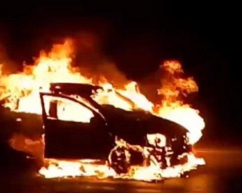 Посеред ночі у центрі Києва раптово спалахнули авто, вогонь перекинувся на будинок