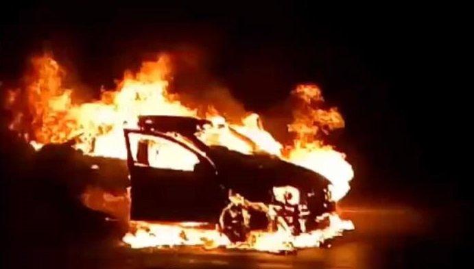 У Києві на ходу загорілась іномарка: авто вигоріло дощенту