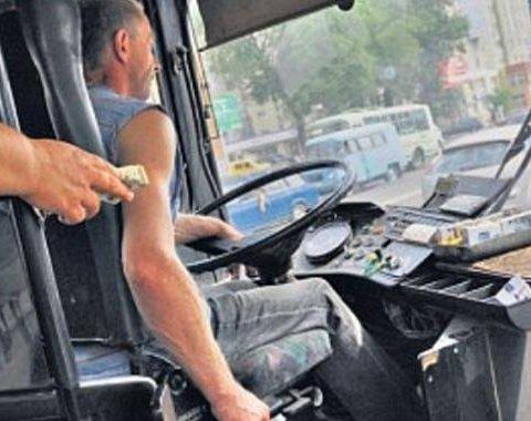 Считал деньги «на ходу»: водитель маршрутки протаранил три авто в Киеве