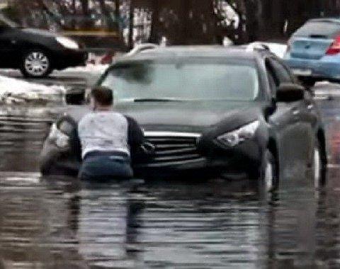 Вода по двері: у Києві після дощу пливуть авто