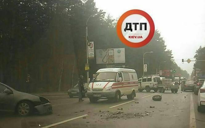 ВКиеве лихач снес 30м отбойника и убежал, бросив умирать пассажирку