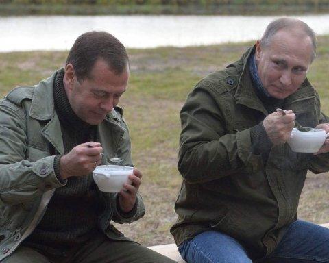 Рейтинги Путіна та Медведєва стрімко обвалились