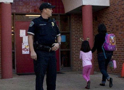 Киевляне просят обеспечить охраной школы и детские сады