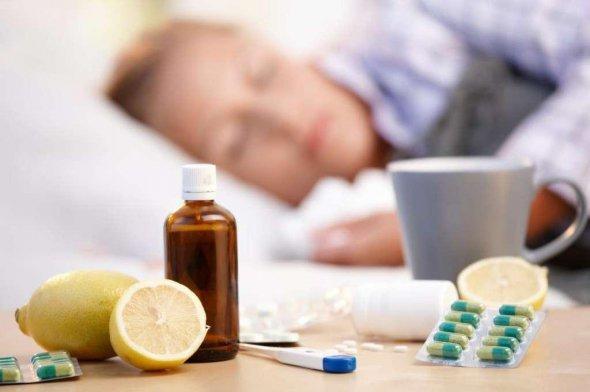 Чем запрещено лечить простуду: врач объяснил