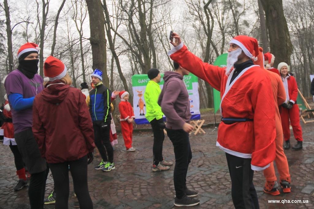 Монахиня пробігла вкостюмі Санта-Клауса ульвівському святковому забігу