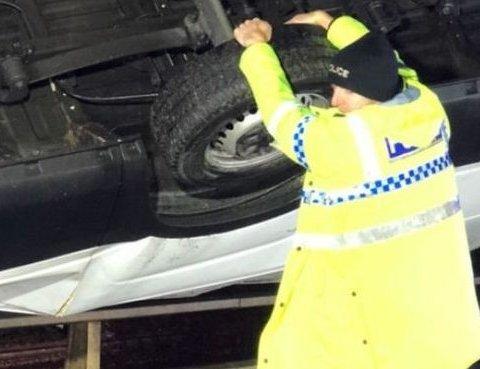 В метре от пропасти: полицейский собственноручно удерживал фургон на краю моста