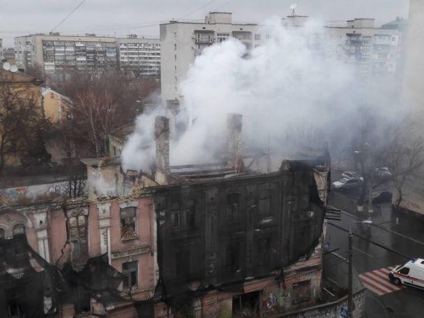 ВКиеве наПодоле полыхает здание-памятник