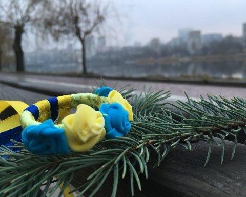 Украинским венком украсили елку в центре Донецка