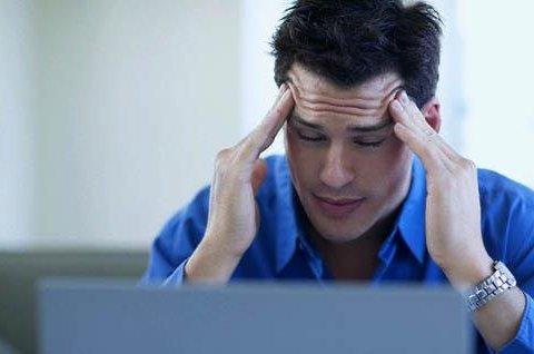 Раптовий головний біль сигналізує про інсульт, регулярний — про пухлину