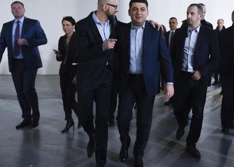 Скандальний корпоратив: Порошенко дорікнув Гройсману за братання з Яценюком