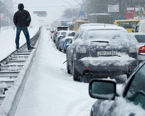 В Киеве из-за непогоды движение ограничено, всюду пробки: карта проезда