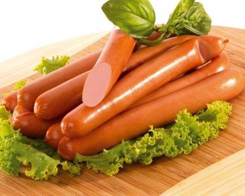 Чому і кому заборонено їсти сосиски