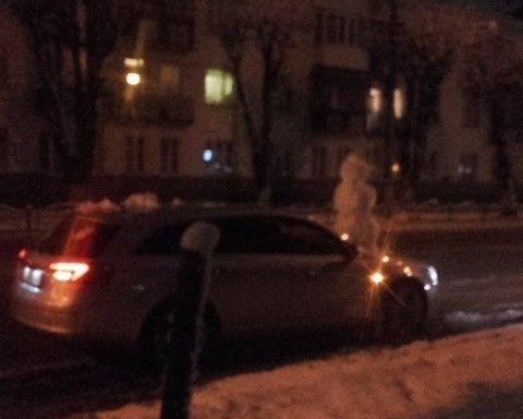 Невідомі прилаштували на капот сніговика і їздили з ним по місту