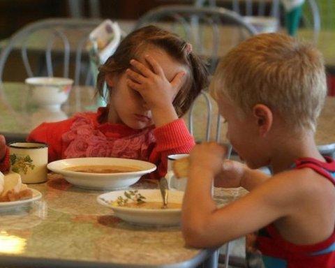 """Жінку, яка показала """"весь жах"""" із харчуванням дітей, хочуть звільнити"""