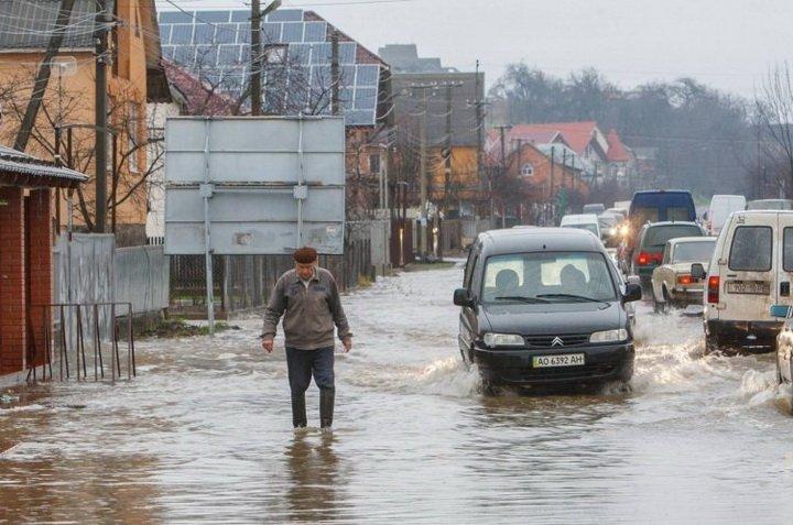 Жуткий паводок на Закарпатье: людей массово эвакуируют