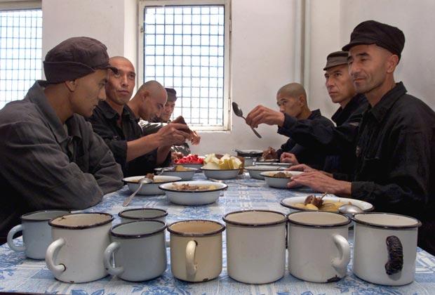 »Золотые» консервы: тюремщики купили еды на рекордный 81 миллион