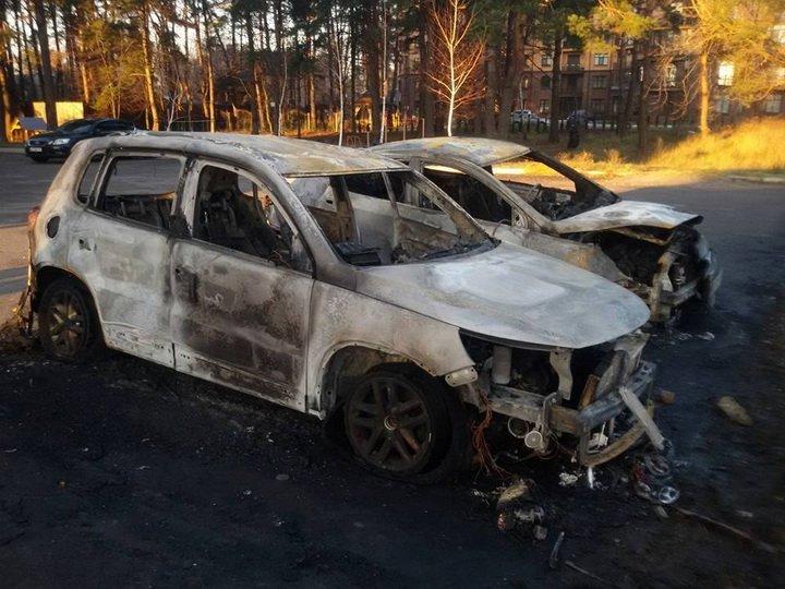 Під Києвом авто закидали «коктейлями Молотова»: опубліковано фото і відео