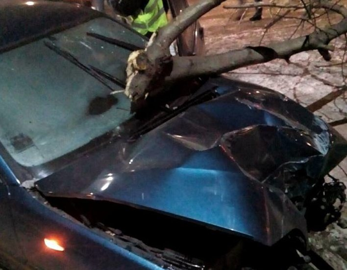 ВБорисполе пьяная женщина наавтомобиле  снесла столб, пытаясь сбежать от милиции
