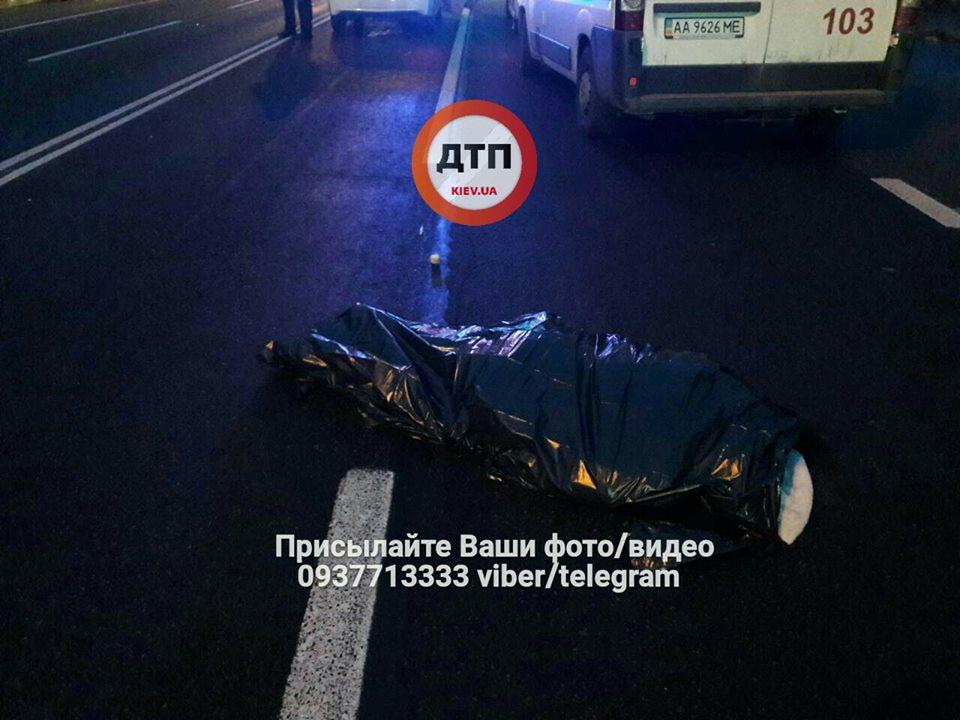 ВКонча-Заспе автомобиль насмерть сбил женщину напереходе