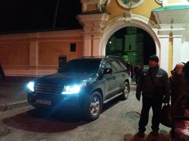 Пикет церкви «Правым сектором»: попы забаррикадировались, русская икона находится в помещении храма