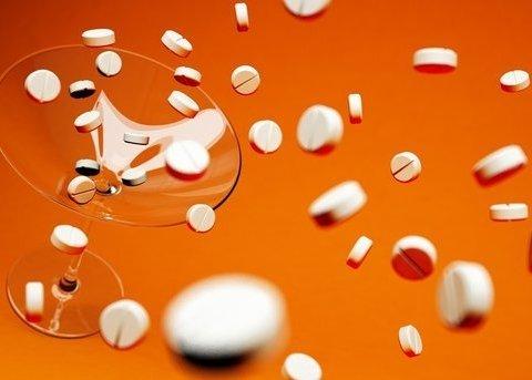 Чому таблетки небезпечно запивати кавою, а пігулки в оболонках не можна розжовувати