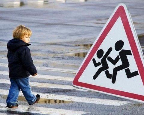 """""""Дитина відлетіла на узбіччя"""": авто на повній швидкості """"знесло"""" першокласницю на переході"""
