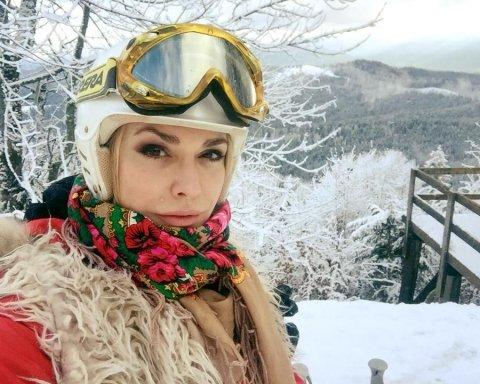 Полушубок, украинский платок и лыжные очки: Ольга Сумская с семьей отдыхает в Карпатах