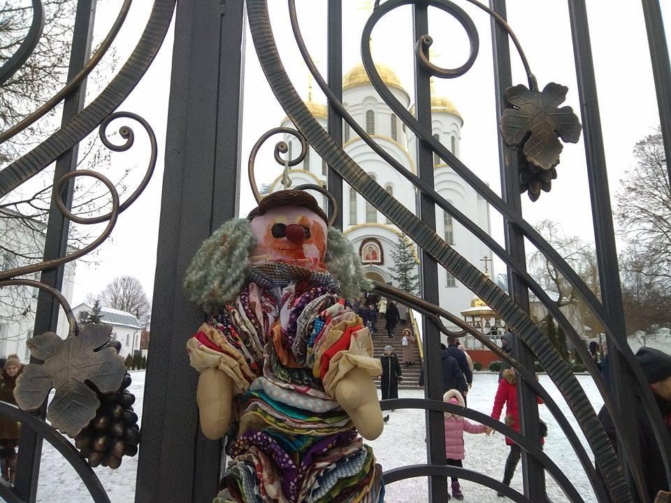 «Правый сектор» принёс «окровавленные» игрушки кхраму назападе государства Украины