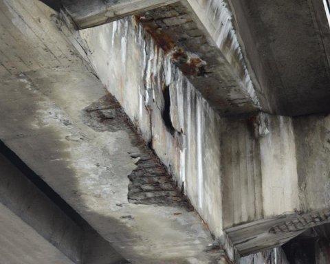 Может обвалиться в любой момент: киевлян поразили ужасным состоянием моста Метро