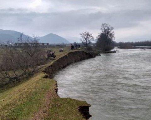 Высокая вода на Закарпатье размыла дамбы двух рек (видео)