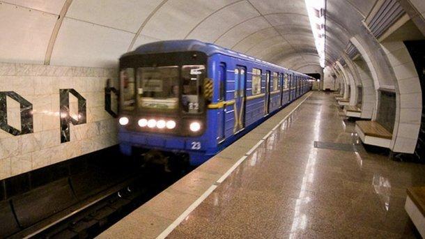 Пассажиров киевского метро прямо ввагоне залило сверху водой сгрязью