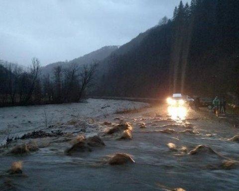 Адская ловушка: автомобиль с людьми упал в реку, есть погибшие