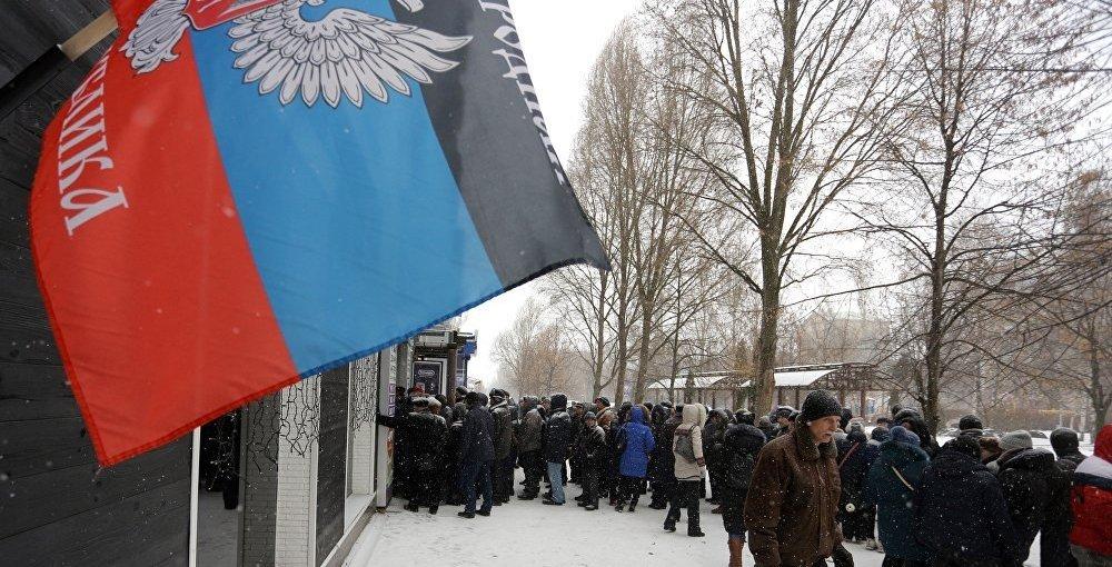 В сети двумя фото показали, как издеваются над людьми в Донецке