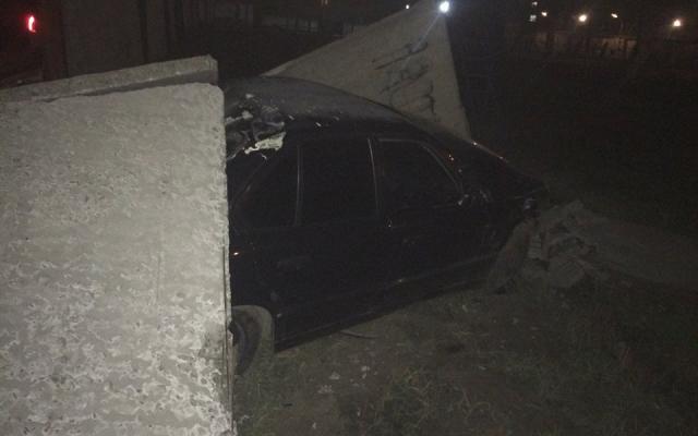 Пьяный юноша разбил BMW о забор колонии