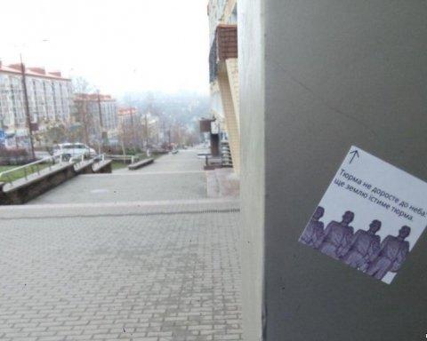 Неизвестные патриотическими наклейками обклеили оккупированный Донецк