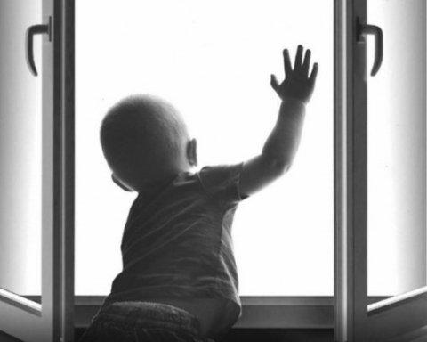 Младенец выпал из окна из-за родительской халатности: стало известно о состоянии ребенка