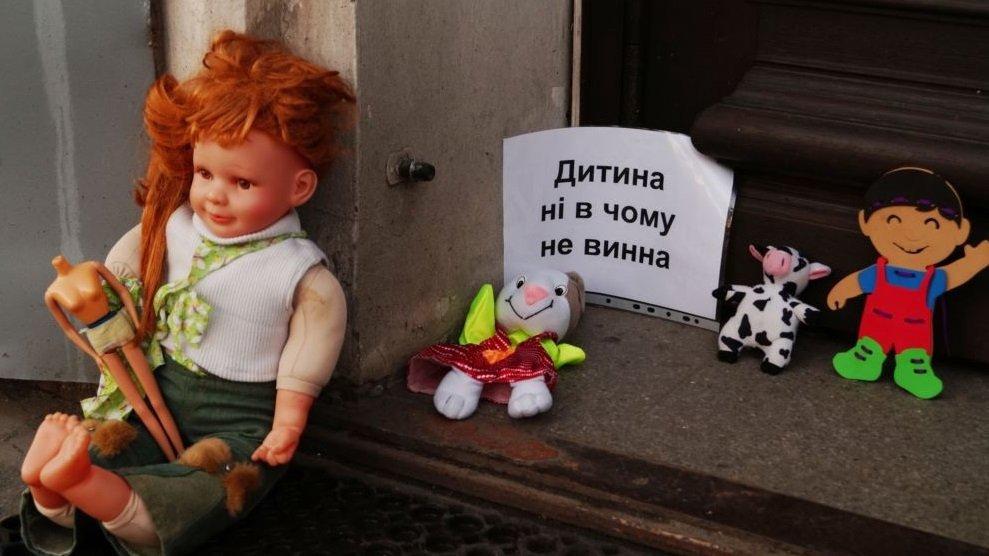 ВВиннице активисты принесли священникам УПЦМП детский гроб